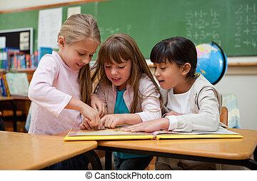 pequeno, junto, conto, schoolgirls, fada, leitura