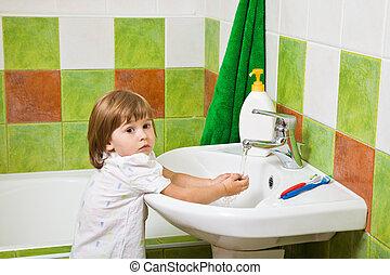 pequeno, lavagens, menina, hands.