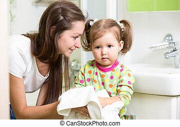pequeno, lavando, dela, mãos, bathroom., menina
