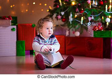 pequeno, leitura, árvore, menina, natal