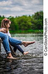 pequeno, madeira, pés, mãe, molhados, menina, cais