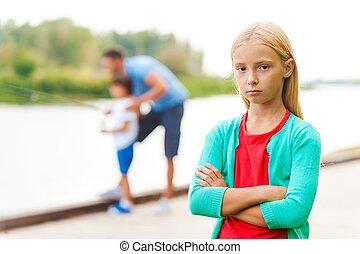 pequeno, me!, menina, câmera, braços cruzaram, deprimido, fundo, mantendo, menino, enfadonho, pesca homem, olhar, enquanto