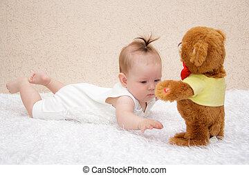 pequeno, menina bebê, tocando, com, um, brinquedo, urso teddy