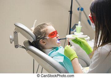 pequeno, menina, paciente, em, a, odontólogo