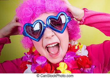 pequeno, menina sorridente, com, cor-de-rosa, peruca, e, coração, óculos