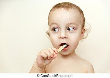 pequeno, menino, escovar, seu, dentes
