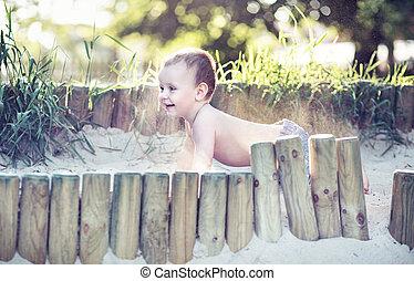 pequeno, menino, tocando, em, a, sandpit