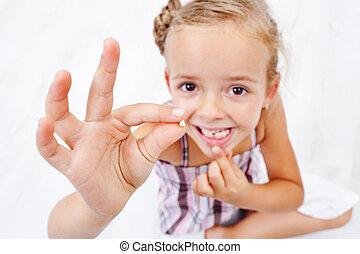 pequeno, milk-tooth, menina, primeiro, caído, saída