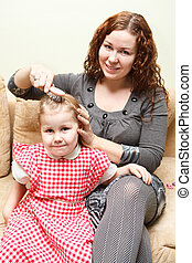 pequeno, mulher, filha, couch., sentando, cabelo, combing, mãe