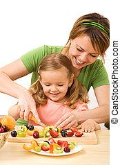 pequeno, mulher, salada, fruta, preparar, menina
