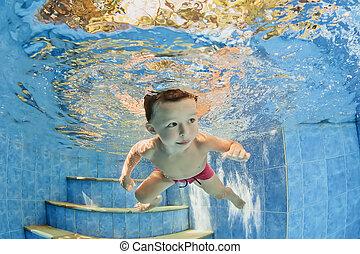 pequeno, natação subaquática, criança, sorrindo, piscina