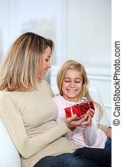 pequeno, oferecendo, dela, mãe, menina, presente