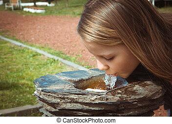 pequeno, parque, fonte água, bebendo, menina