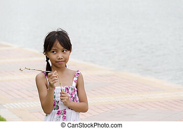 pequeno, pensando, parque, menina asiática, algo