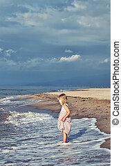 pequeno, praia., menina