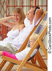 pequeno, reclinar, família, varanda, lounges, chaise, menina...