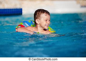 pequeno, recurso, variegou, tem, vida, feliz, pool., natação, divertimento, menino, anel