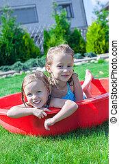 pequeno, respingue, ensolarado, dois, tocando, quentes, irmãs, dia, piscina