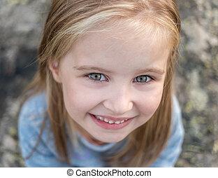 pequeno, retrato, menina, feliz
