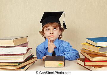 pequeno, sério, menino, em, acadêmico, chapéu, entre, livros...