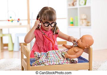 pequeno, sala, dela, boneca, doutor, bebê recém-nascido, menina, tocando