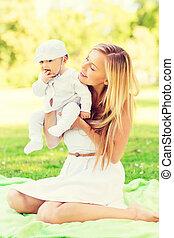 pequeno, sentando, cobertor, mãe, bebê, feliz