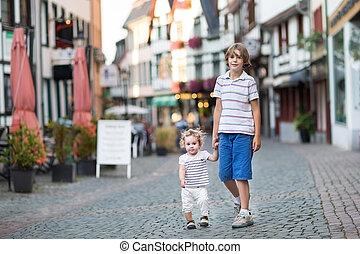 pequeno, seu, irmã, andar, hist, bebê, tocando, brotehr