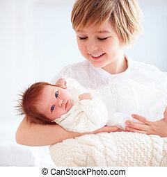 pequeno, seu, irmão, recem nascido, ancião, segurando, irmã, feliz