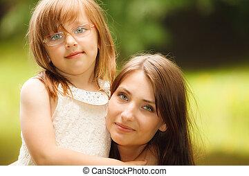 pequeno, seu, love., abraçando, feelings., expressar, mãe, proposta, menina