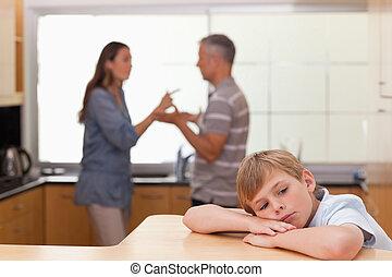 pequeno, seu, ouvindo, triste, pais, argumentar, menino