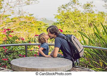 pequeno, seu, primavera, parque, filho, ao ar livre, beijando, pai