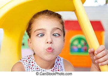 pequeno, squinting, cruz olhos, menina, expressão