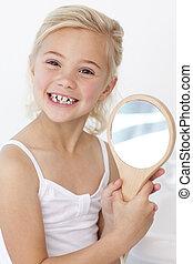pequeno, tocando, menina, segurando, espelho
