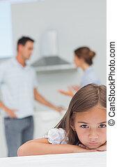 pequeno, triste, menina, enquanto, pais, discutir, sendo