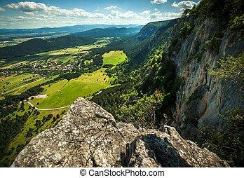 pequeno, vila, vista aérea, de, a, montanhas