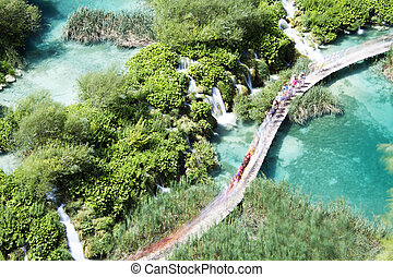 percorso, in, plitvice, laghi, con, cascata, croazia