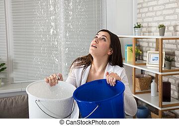 perdendo, donna, secchio, acqua, raccolta