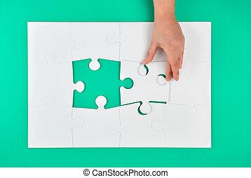 perdido, asideros, elemento, rompecabezas, juego, fondo verde, mano