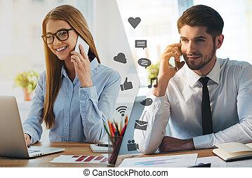 perdido, usted, tan, much!, montaje, de, dos, imágenes, con, hombres, y, conversación de mujer, en, su, elegante, teléfonos, y, sonriente, mientras, sentado, en, diferente, lugares