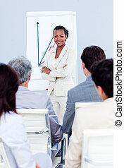perentorio, mujer de negocios, hacer, un, presentación