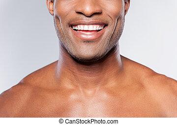perfect, staand, beeld, jonge, bebouwd, grijze , terwijl, tegen, achtergrond, afrikaan, het glimlachen, smile., shirtless, man