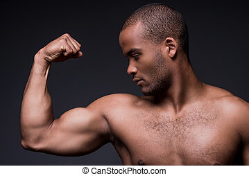 perfect, staand, biceps, zijn, biceps., shirtless, trots, jonge, tegen, het kijken, terwijl, zwarte achtergrond, afrikaanse man
