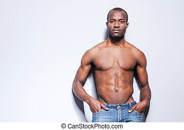 perfecto, el suyo, bolsillos, body., pared, shirtless, manos, joven, gris, mirar, confiado, mientras, cámara, tenencia, propensión, hombre, africano, guapo