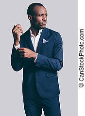 perfecto, guapo, gris, contra, hombre, lejos, mirar, el suyo, posición, style., plano de fondo, traje, lleno, ajuste, africano, manga, mientras, joven