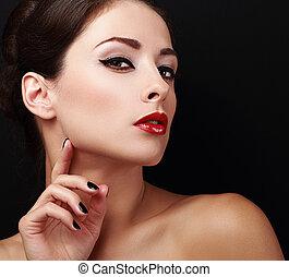 perfecto, maquillaje, cara mujer, con, labios rojos, y, negro, clavos