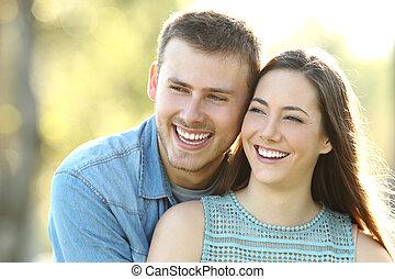 perfecto, pareja, mirar, sonrisa, lado, feliz