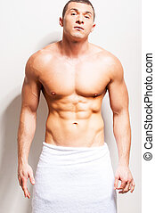 perfecto, posición, el suyo, toalla, body., shirtless, joven, contra, gris, mirar, confiado, mientras, cámara, plano de fondo, cubierto, hombre