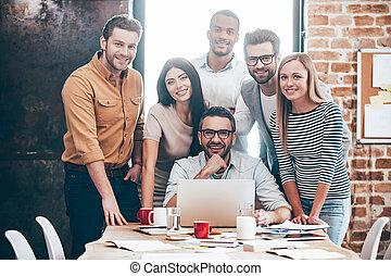 perfeitos, alegre, team., grupo, pessoas escritório, seis, jovem, criativo, olhar, enquanto, câmera, sorrizo, inclinar-se, tabela