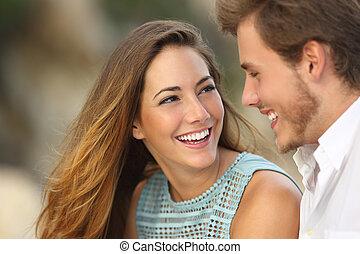perfeitos, engraçado, par, rir, sorrizo, branca
