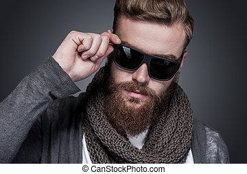 perfeitos, ficar, barbudo, seu, óculos de sol, ajustar, jovem, contra, cinzento, olhar, confiante, enquanto, câmera, fundo, retrato, homem, style., bonito